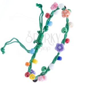 Zelena pletena narukvica izrađena od špagica i raznobojnog cvijeća
