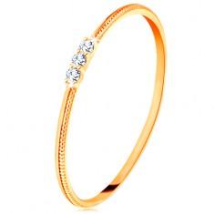 Prsten od 14K žutog zlata - tanki krakovi s urezima, tri prozirna cirkona