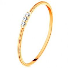 Prsten od 9K žutog zlata - tanki krakovi s urezima, tri prozirna cirkona