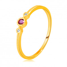 Dijamantni prsten od 14K žutog zlata - rubin u okviru, bistri brilijanti, sitne perlice