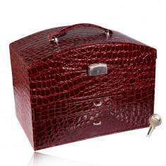 Kutija za nakit u obliku kofera u bordo boji, krokodilski uzorak, metalni detalji u srebrnoj nijansi, ključ